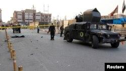 Pasukan keamanan Irak mengamankan lokasi serangan bunuh diri di Kirkuk, Minggu (5/11).