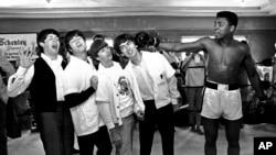 Le groupe The Beatles, de gauche vets la droite, from left, Paul McCartney, John Lennon, Ringo Starr et George Harrison, Miami Beach, Fla., Feb. 18, 1964.