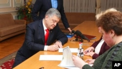 Петр Порошенко регистрируется как кандидат на предстоящих выборах