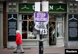 Žena prolai pored plakata koji podržava pravo na izbor u centru Dablina, Irska, 22. maja 2018.