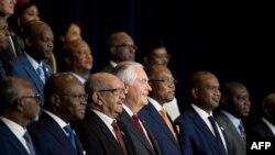 Menlu AS Rex Tillerson (tengah) berpose dengan para pemimpin Afrika pada pertemuan di Washington DC hari Jumat (17/11).
