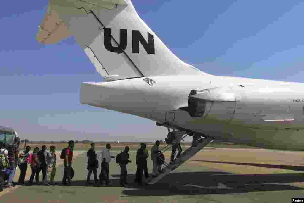 """امریکی محکمہ خارجہ کے حکام نے کہا کہ امریکی شہری اور اس کے دیگر """"اتحادی ملکوں"""" کے لوگ بور سے اقوام متحدہ اور امریکی ہیلی کاپٹروں کے ذریعے دارالحکومت جوبا پہنچ گئے ہیں۔"""