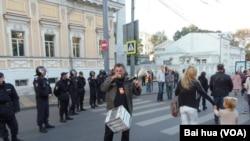 克里格尔在一个月前的莫斯科和平大游行中呼吁人们捐款帮助政治犯 (美国之音白桦)