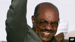 苏丹总统巴希尔向支持者们挥手致意