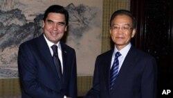 中国总理温家宝(右)11月23日会晤到访的土库曼斯坦总统别尔德穆哈梅多夫