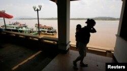 지난 2007년 5월 중국에서 미얀마와 라오스를 거쳐 태국에 입국한 탈북 여성이 아기를 업고 있다. (자료사진)