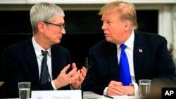 El presidente Donald Trump habla con el CEO de Apple Inc., Tim Cook, durante la primera reunión de la Junta Asesora de Políticas de la Fuerza Laboral Estadounidense en el comedor estatal de la Casa Blanca, en Washington, 6-3-19. AP foto/Manuel Balce Ceneta.