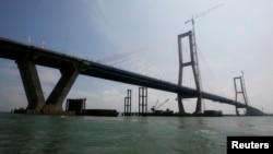 Jembatan Suramadu yang menghubungkan Surabaya dan Pulau Madura (foto: ilustrasi). Sebuah kapal kelebihan muatan terbalik di lepas pantai pulau Jawa menewaskan 17 orang, Senin (17/6).