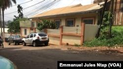 Un bâtiment du tribunal criminel spécial où des enquêteurs spécialisés de police judiciaire, interrogés les personnalités soupçonnées de détournements des fonds au Cameroun, le 22 mars 2018. (VOA/Emmanuel Jules Ntap)