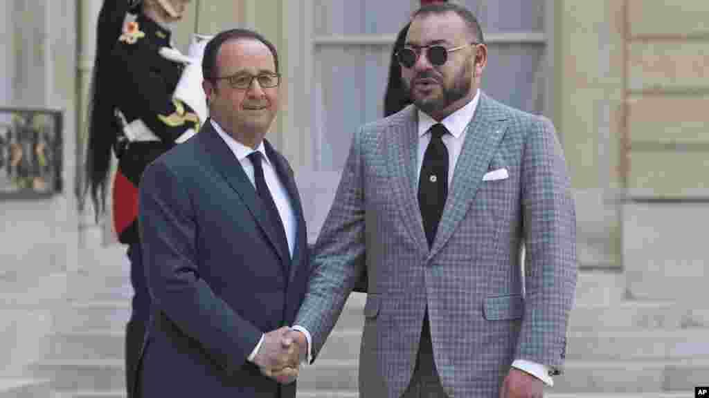 Le président de la France, François Hollande, accueille le roi du Maroc Mohammed VI au Palais de l'Élysées à Paris, en France, le 2 mai 2017.