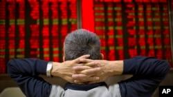 一位中國投資者9月16日在北京一處證券交易所觀察股市走向。