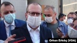 Direktur WHO wilayah Eropa Hans Kluge (depan) memberi keterangan kepada media (foto: dok).