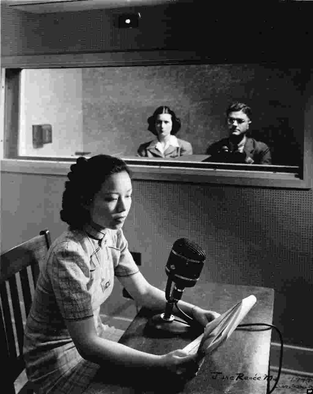 老照片回顾:美国之音中文广播70年