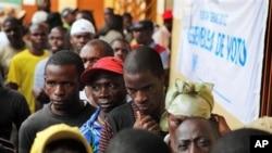 Des électeurs attendant de voter