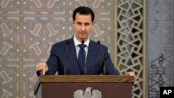 Le président syrien Bachar al-Assad s'entretient avec des diplomates syriens, à Damas, en Syrie, le 20 août 2017.