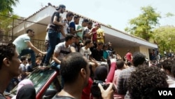 "High school students protest at the educational ministry after a cheating scandal canceled the scores of a national exam. In Cairo they chant, ""Students' rights will never die!"" June 27, 2016. (H. Elrasam/VOA)"