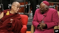達賴喇嘛由於未獲南非政府簽發簽証﹐取消南非訪問行程﹐沒有有機出席圖圖大主教生日慶祝活動﹐圖為兩人於2008年曾經在美國西雅圖大學見面
