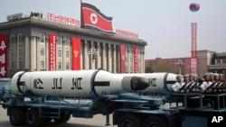 北韓潛射導彈在2017年4月15日的紀念遊行中經過金日成廣場(資料圖片)