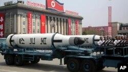 지난달 15일 평양 김일성광장에서 열린 태양절 열병식에 '북극성' 잠수함발사탄도미사일이 등장했다. (자료사진)