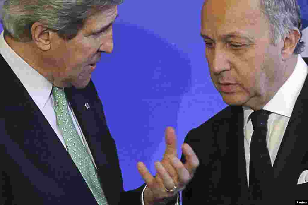 French Foreign Affairs Minister Laurent Fabius (R) speaks with U.S. Secretary of State John Kerry after a news conference at the ministry in Paris, February 27, 2013. REUTERS/Philippe Wojazer (FRANCE - Tags: POLITICS) - RTR3ECNH
