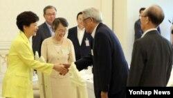 박근혜 한국 대통령(왼쪽)이 27일 청와대에서 열린 국가안보자문단과의 오찬에서 참석자들과 악수하고 있다.