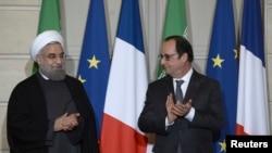 លោក Hassan Rouhani ប្រធានាធិបតីអ៊ីរ៉ង់ (រូបឆ្វេង) និងលោក Francois Hollande ប្រធានាធិបតីបារាំង ទះដៃអបអរសាទរក្នុងពិធីចុះកិច្ចព្រមព្រៀងសេដ្ឋកិច្ចនៅវិមានប្រធានាធិបតី Elysee Palace ក្នុងក្រុងប៉ារីស ប្រទេសបារាំង កាលពីថ្ងៃទី២៨ ខែមករា ឆ្នាំ២០១៦។