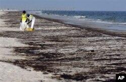 Une équipe de nettoyage à l'eouvre sur la plage de Pensacola en Floride peu après la maréee noire (Archives)