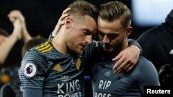 Cầu thủ Leicester mặc áo thi đấu tưởng nhớ ông Vichai trong trận đấu hôm 3/11.