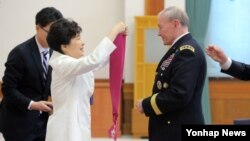 박근혜 한국 대통령(왼쪽)이 26일 청와대에서 마틴 뎀프시 미국 합참의장에게 보국훈장 통일장을 수여하고 있다.