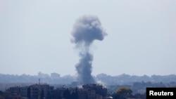 دود ناشی از انفجار ناشی از حملات هوایی اسرائیل در مناطق شمالی نوار غزه - سهشنبه ۲۴ تیر ۱۳۹۳