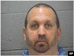 Nghi can Stephen Hicks, 46 tuổi bị truy tố về tội giết 3 người.