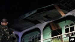 菲律賓士兵星期天在三寶顏市遇襲的酒店前站崗