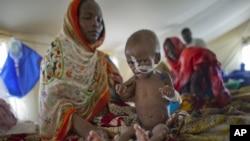 Zara Mahamat, menderita akibat malnutrisi, diare dan demam, menerima perawatan kesehatan di sebuah tenda di N'Gouri, sebuah kawasan Sahel, Afrika (Foto: dok). Jepang menawarkan bantuan baru untuk menstabilkan kawasan Sahel dan menndukung upaya melawan pengaruh Islamis di Mali (29/1).