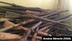 Il y a plus de fusils de chasse que d'armes de guerre dans le ramassage d'armes dans le Pool, au Congo-Brazzaville, le 23 septembre 2018. (VOA/Arsène Séverin)