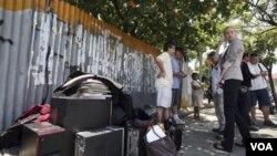 Para wisatawan asing mengeluarkan koper mereka dari hotel-hotel di Kuta, Bali, pasca gempa, Kamis (13/10).