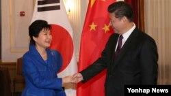박근혜 한국 대통령(왼쪽)과 시진핑 중국 국가주석이 지난 2월 미국 워싱턴에서 열린 한-중 정상회담에서 악수하고 있다. (자료사진)