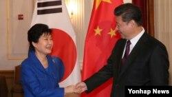 지난 4월 미국 워싱턴에서 열린 핵안보정상회의에 참석한 박근혜 한국 대통령(왼쪽)과 시진핑 중국 국가주석이 개별 정상회담에 앞서 악수하고 있다.