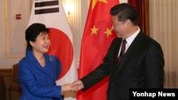 박근혜 한국 대통령과 시진핑 중국 국가주석이 31일 미국 워싱턴에서 열린 한·중 정상회담에서 악수하고 있다.