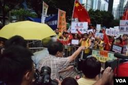 歡迎及反對張德江訪港的集會人士對罵。(美國之音湯惠芸)