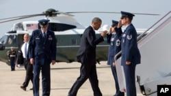 El presidente Barack Obama aborda el Air Force One rumbo a Texas.