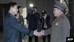 Представители Южной (слева) и Северной (справа) Корей