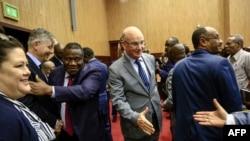 Jean-Pierre Lacroix, deuxième à gauche, de l'ONU, et Smaïl Chergui, de l'Union africaine, accueillent les délégués pour les pourparlers inter-centrafricains, Khartoum, le 24 janvier 2019.