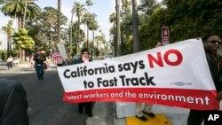 Các thành viên thuộc cộng đồng Los Angeles xuống đường yêu cầu bà Hillary Clinton phản đối thỏa thuận TPP và Thẩm quyền xúc tiến Thương mại TPA, ở Beverly Hills, California.