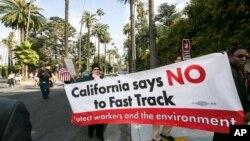 """Manifestación en Beverly Hills, California en contra del Acuerdo Trans-Pacífico que permitiría la ley """"fast-track""""."""