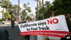 加州居民2015年5月7日走上街頭抗議跨太平洋伙伴關係協定(TPP)。