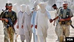 Tentara Pakistan menangkap para anggota militan.