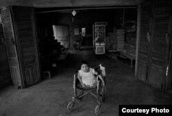 Bức hình Thảo ngồi trên xe lăn đã khiến cô Elizabeth bị ám ảnh sâu sắc. Ảnh: Stephen M. Katz