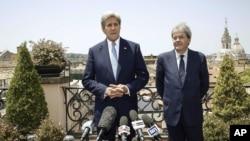 John Kerry n'umushikiranganji w'Ubutaliyano w'imigengeranire n'ayandi makungu Paolo Gentiloni.