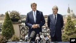 El secretario de Estado de EE.UU., John Kerry (izquierda) junto al canciller italiano, Paolo Gentiloni, se reunieron en Roma, el domingo, 26 de junio de 2016.