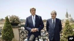 امریکی وزیر خارجہ جان کیری (بائیں) اٹلی کے وزیرخارجہ پاؤلو جینٹیلونی کے ساتھ